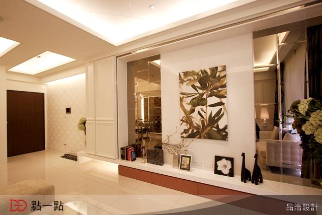 电视墙选用洁晶白大理石和明镜设计,镜子特别让它有长方板块交叠多些