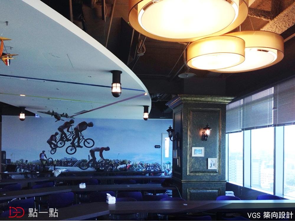 天花板走loft风,地板是黑白方格美式味儿,窗边橱柜则是俐落的黑与白